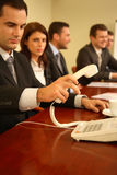 Teléfono de contestación del hombre en la reunión Fotos de archivo