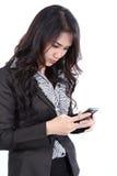 Teléfono de la búsqueda de la mujer Imagen de archivo libre de regalías