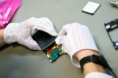 Teléfono durante la reparación Imagenes de archivo