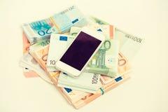 Teléfono elegante con concepto del dinero Notas euro con la reflexión Renta en línea de la recompensa del trabajo de la nueva tec Foto de archivo libre de regalías