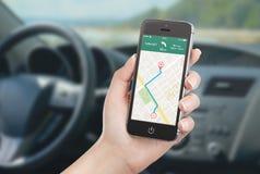 Teléfono elegante con el uso de la navegación de los gps del mapa en la pantalla Imagen de archivo