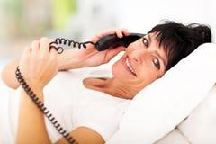 Teléfono maduro de la mujer Imagenes de archivo