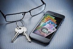 Teléfono móvil de la carpeta del dinero de Digitaces Foto de archivo libre de regalías