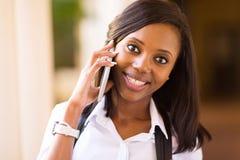 Teléfono móvil de la estudiante universitaria Foto de archivo