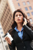 Teléfono móvil de Outside Office On de la empresaria Imagen de archivo