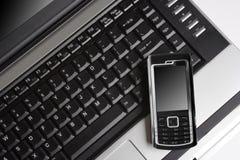 Teléfono móvil y computadora portátil, concepto de GPRS Imágenes de archivo libres de regalías