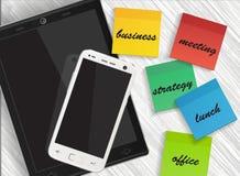 Teléfono móvil y tableta con la etiqueta engomada de los recordatorios Fotos de archivo libres de regalías