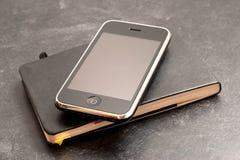 Teléfono y cuaderno de Smarth Fotografía de archivo