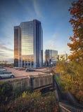 Telford与周围的停车场的广场中心秋天 免版税库存图片