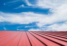 Telha de telhado vermelha com céu nebuloso Foto de Stock Royalty Free