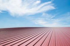 Telha de telhado vermelha com céu nebuloso Fotografia de Stock Royalty Free