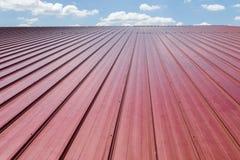 Telha de telhado vermelha e céu azul com nuvem Fotografia de Stock