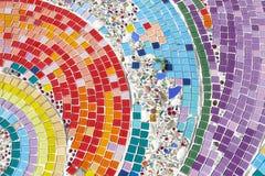 A telha e a pedra coloridas de mosaico que decoram na parede do templo Imagem de Stock