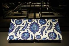 Telha feito a mão no museu de artes islâmicas MIA In Doha, o capi foto de stock