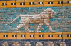 Telha o teste padrão do ` s de Babylon a porta de Ishtar dentro do museu Pergamonmuseum de Pergamon, Berlim, Alemanha - 6 de feve Fotos de Stock