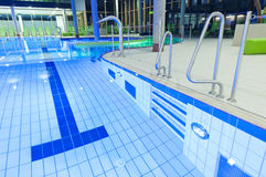 Telha a piscina com água desobstruída, luzes, gree Imagem de Stock