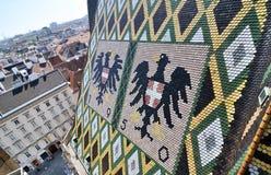 Telhado arquitetónico com símbolos do Cathe do St Stephen imagens de stock royalty free