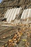 Telhado arruinado velho feito da ardósia e da madeira foto de stock royalty free