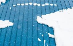 Telhado azul da folha de metal coberto com a neve na estação do inverno Imagens de Stock Royalty Free