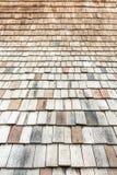Telhado coberto com a madeira como uma textura foto de stock royalty free