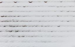 Telhado coberto com a textura do fundo da neve Fotos de Stock