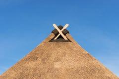 Telhado cobrido com sapê com Gable Decoration moderna em Baixa Saxónia fotografia de stock