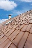 Telhado com chaminé e claraboia, telha vermelha natural e chaminé Foto de Stock