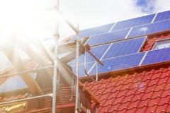 Telhado com conzept do energie dos painéis solares e cofre forte do monye imagem de stock royalty free