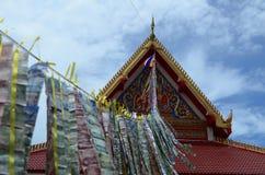 Telhado com dinheiro do santuário budista Foto de Stock