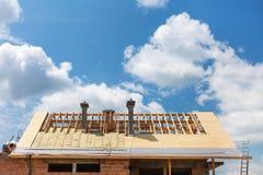 Telhado com isolação e chaminés Casa sob a construção fotografia de stock