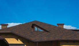 Telhado com sótão e chaminé sob o céu azul imagem de stock royalty free