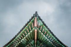 Telhado coreano tradicional colorido da decora??o imagens de stock