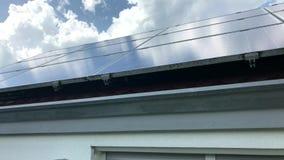 Telhado da casa com os painéis solares na parte superior video estoque