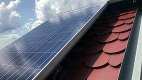 Telhado da casa com os painéis solares na parte superior vídeos de arquivo