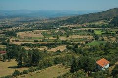 Telhado da casa de campo entre ?rvores e campos cultivados foto de stock royalty free