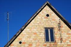 Telhado da casa de encontro ao céu desobstruído Imagens de Stock