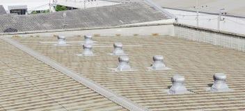 Telhado da fábrica com ventiladores do telhado Imagem de Stock
