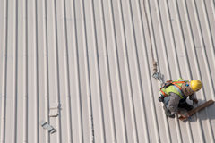 Telhado da marcação do trabalhador da construção Imagem de Stock