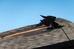 Telhado danificado com telhas fundidas Imagens de Stock Royalty Free