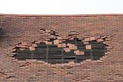 Telhado danificado com um grande furo Imagem de Stock Royalty Free
