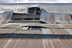 Telhado danificado da construção de exploração agrícola fotografia de stock