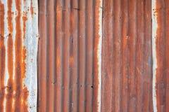 Telhado danificado da folha de metal pela oxidação foto de stock royalty free
