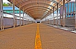 Telhado de aço inoxidável do acercamento ou da passagem superior para a caminhada dos povos foto de stock