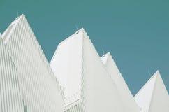 Telhado de alumínio dado forma triangular branco original do metal projetado Foto de Stock Royalty Free