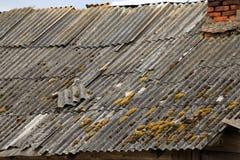 Telhado de ardósia de uma casa da vila com aquecimento do fogão Fotos de Stock Royalty Free