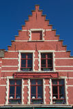 Telhado de frontão vermelho da casa histórica Fotos de Stock