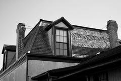 Telhado de madeira da telha da casa preto e branco do vintage fotos de stock