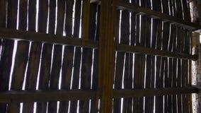 Telhado de madeira destruído na construção abandonada filme