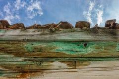 Telhado de madeira do vintage com telhas e detalhe vermelhos do beirado sob s azul imagens de stock royalty free