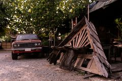 Telhado de madeira velho na garagem imagens de stock